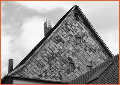 Gebäude mit rautenförmigen Blechschindeln in Ditzingen-Schöckingen (Lkr. Ludwigsburg)